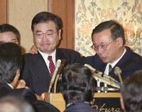 加藤紘一さん(左)=2000年11月20日、関口純撮影