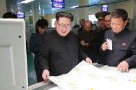 新設の「タンポポ学習帳工場」を視察する金正恩氏。後方には金与正氏の姿も見られる=朝鮮中央通信・朝鮮通信