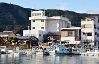 津波による浸水区域にある牟岐町役場(中央)=徳島県牟岐町中村で=河村諒撮影