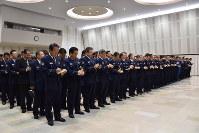 仕事始め式で訓示をメモしながら、熱心に聞く県警幹部ら=長野市の県庁講堂で