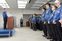 社員に向けて年頭のあいさつをする東電ホールディングスの数土文夫会長(左)=東京都千代田区で4日午前9時9分、中村藍撮影