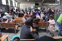 国連難民高等弁務官事務所(UNHCR)アンマン事務所の難民登録センターで受け付けを待つシリア人の親子。センターには1日約3000人が訪れ、そのうち7割以上がシリア人だ=ヨルダン・アンマンで2016年10月9日、久保玲撮影