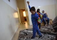 学校へ行く準備をするワリード・ムハンマドちゃん(4)。ヨルダン政府はシリア難民の子どもたちを受け入れるために学校をヨルダン人との二部制にしたが、勉強時間の減少や教育の質の低下で学力が落ちていることが指摘されている=ヨルダン・ザルカで2016年9月27日、久保玲撮影