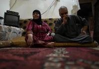 自宅で過ごすアフマド・クリーフさん(63・右)とアスマハン・イブラヒムさん(62)夫婦。アフマドさんはがんを患うが、生活は苦しく治療薬を買うことができない=ヨルダン・アンマンで2016年9月27日、久保玲撮影
