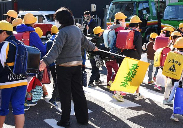 校内でのノロウイルスの集団感染が疑われたことを受け、下校する子供たち=岐阜市で2016年12月15日、沼田亮撮影