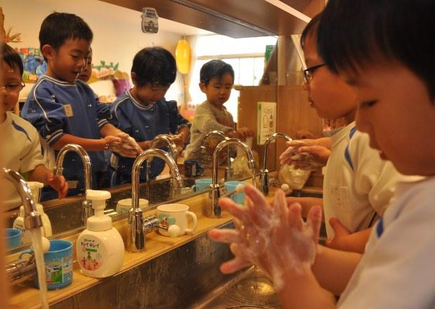 ノロウイルス感染予防のため、念入りに手を洗う子供たち=岡山市で2013年12月9日、五十嵐朋子撮影