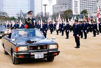 整列した警察官を車上から巡視する村田隆・大阪府警本部長=大阪市中央区の大阪城公園で、山田毅撮影