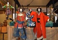 知立山車の文楽人形(前列の2体)とからくり人形(後列の3体)=知立市歴史民俗資料館で