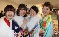 晴れやかな笑顔をみせる新成人=横浜市港北区の横浜アリーナ