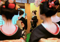 Geisha and apprentice geisha were seen taking pictures of each other with smartphones at a ceremony marking the New Year, in Kyoto's Higashiyama Ward on Jan. 7, 2017, as seen in this photo. (Mainichi)
