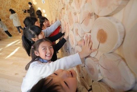 木のぬくもりを肌で感じられる新校舎で始業式を迎えた宮野森小学校の児童たち=宮城県東松島市で2017年1月10日午前10時19分、喜屋武真之介撮影