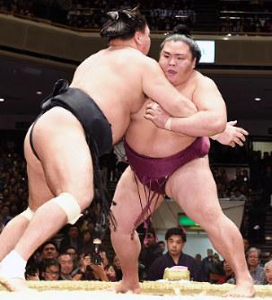 大相撲:御嶽海が日馬富士破り初...