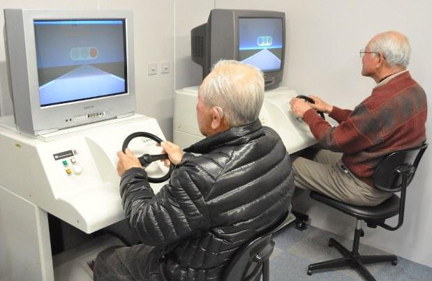 運転シミュレーターでの検査を受ける高齢者講習の受講者=前橋市で2013年2月16日、角田直哉撮影