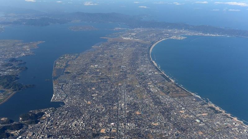 作品の舞台になった鳥取県境港市(右奥)。手前は米子市