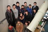 255ミリの反射式望遠鏡のある天文台に集まった諏訪清陵高校天文気象部員ら=諏訪市清水1で