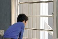子どもが窓から転落するのを防ぐ着脱式の手すり。火事などの緊急時には取り外すことができる