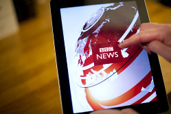 1987年10月15日午後1時のBBC天気予報。マイケル・フィッシュ氏が「嵐は来ないので安心して」と呼びかけた数時間後、300年に一度の大嵐が英南東部を直撃した=BBC提供