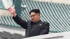 朝鮮労働党大会の開催を祝うパレードで参加者に手を振る金正恩氏=2016年5月10日、大貫智子撮影