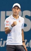 ブリスベン国際男子シングルス準決勝でバブリンカに勝利し、ガッツポーズする錦織=共同