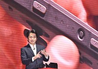 Nintendo Co.'s game creator Yoshiaki Koizumi shows off the Nintendo Switch console at the Tokyo Big Sight event venue in Tokyo's Koto Ward on Jan. 13, 2017. (Mainichi)
