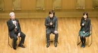トークショーで語り合うクラシックギタリストの福田進一さん(左)、小説家の平野啓一郎さん(中央)、作曲家の林そよかさん=東京都渋谷区の白寿ホールで2017年1月7日、(C)東昭年
