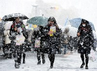 Exam takers in Nagoya are seen walking through the snow on their way to unified university entrance exams, on the morning of Jan. 14, 2017. (Mainichi)