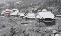 Snow-topped Kiyomizu Temple is seen in Higashiyama Ward in the city of Kyoto from a Mainichi Shimbun helicopter on Jan. 15, 2017. (Mainichi)