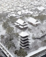 Snow-topped Toji Temple is seen in Kyoto's Minami Ward from a Mainichi Shimbun helicopter on Jan. 15, 2017. (Mainichi)