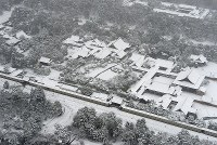 Snow-covered Kyoto Imperial Palace is seen in Kyoto's Kamigyo Ward from a Mainichi Shimbun helicopter on Jan. 15, 2017. (Mainichi)
