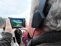 見学者には専用のタブレット端末が貸与され、さまざまな場所にかざすと関連情報が表示される仕組みになっている=フランス南西部モンティニャックで2016年12月14日、賀有勇撮影