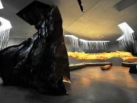樹脂で作れらた洞窟の断面も展示され、複製が作られた過程を理解できる=フランス南西部モンティニャックで2016年12月14日、賀有勇撮影