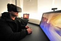 最新のVR(仮想現実)機器を使って洞窟の細部まで疑似探索することもできる=フランス南西部モンティニャックで2016年12月14日、賀有勇撮影