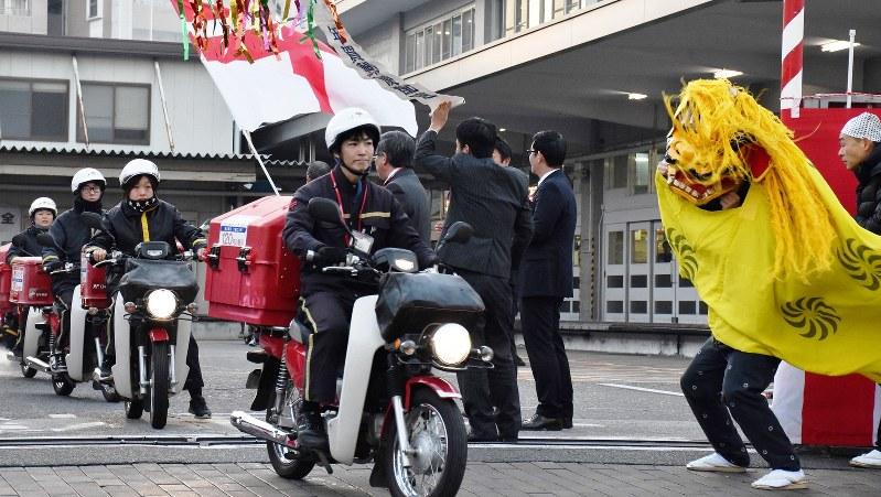 年賀状を届けに各家庭に出発する配達員=熊本中央郵便局で2017年1月1日午前7時32分、出口絢撮影
