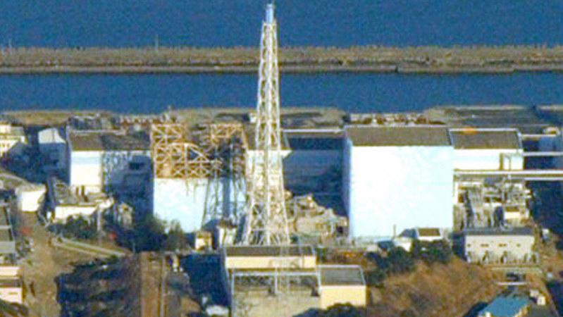 福島第1原発の1号機(左)。爆発前は右の建屋と同じ外観だった=2011年3月12日、貝塚太一撮影