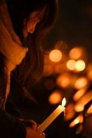 竹灯籠を見つめる平島智恵さん(37)。「姉弟みたいに仲が良かった」という当時4歳の親戚の男の子を亡くした。東遊園地には毎年訪れる。「また新しい一年をこの場所からスタートできる」=神戸市中央区の東遊園地で2017年1月17日午前6時10分、久保玲撮影