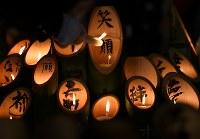 竹灯籠にともされる明かり=神戸市中央区の東遊園地で2017年1月17日午前5時9分、久保玲撮影