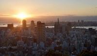 阪神大震災から22年を迎えた神戸の街=神戸市中央区のビーナスブリッジで2017年1月17日午前7時14分、川平愛撮影