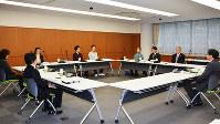 裁判員経験者と法曹三者が参加した意見交換会=金沢地裁で、代表撮影