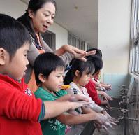 花王の社員から手洗いを学ぶ子供たち=和歌山市中野の市立貴志南小学校で、成田有佳撮影
