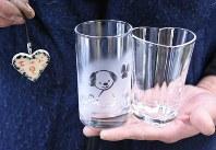ハート形絵付けストラップ(左)とハート形グラスの見本=藤岡市上日野で