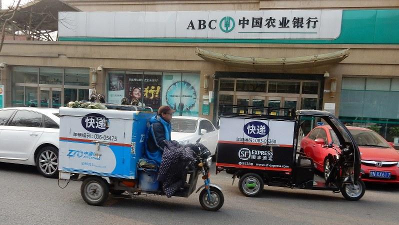 商品を満載した宅配バイク。最近は飲食店の出前用バイクも加わり、「宅配競争」が激化している=中国北京市内で1月17日、赤間清広撮影