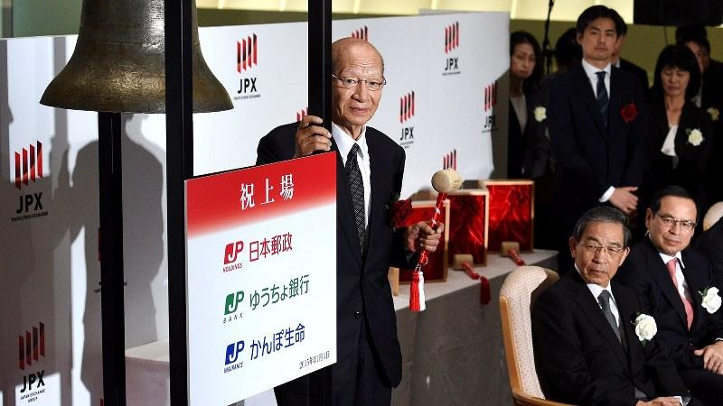 東京証券取引所に上場し、打鐘に臨む西室泰三・日本郵政社長(肩書きは当時)=2015年11月4日、丸山博撮影