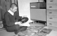 14歳でプロ入り、棋界最年少17歳で7段に昇進した加藤一二三棋士。幼少のころから世話になっている師匠の南口繁一八段宅では、暇があれば音楽を楽しむ=京都府木津川市で、1957(昭和32)年3月、奥田進晤撮影