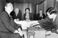 中原誠王将(右)が投了、加藤一二三棋王は2勝1敗として得意のポーズ=愛知県蒲郡市西浦温泉の銀波荘で