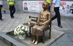 韓国の日本大使館前に設置された「慰安婦像」=ソウル市で2014年8月、長岡平助撮影