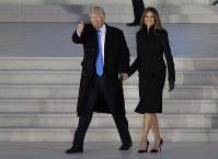 歓迎コンサートの会場に到着したトランプ次期米大統領(左)とメラニア夫人=ワシントンで2017年1月19日、AP