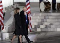 歓迎コンサートの会場に到着したトランプ次期米大統領とメラニア夫人=ワシントンで2017年1月19日、AP