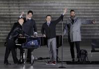 歓迎コンサートでパフォーマンスをするピアノ・ガイズ=ワシントンで2017年1月19日、AP