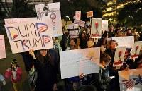 トランプ大統領の就任を前に、女性の権利などを訴えてデモ行進する大勢の人たち=東京都千代田区で2017年1月20日午後6時35分、小川昌宏撮影