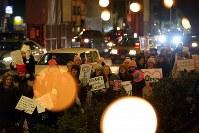 トランプ大統領の就任を前に、女性の権利などを訴えてデモ行進する大勢の人たち=東京都港区で2017年1月20日午後7時21分、小川昌宏撮影